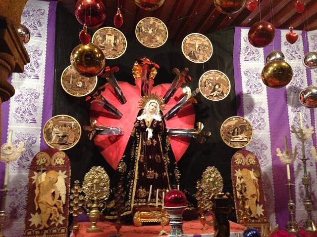 Exposición tradicional: Altar dedicado a la Virgen de lo...