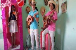 La muñeca de cartón y la Barbie presumida