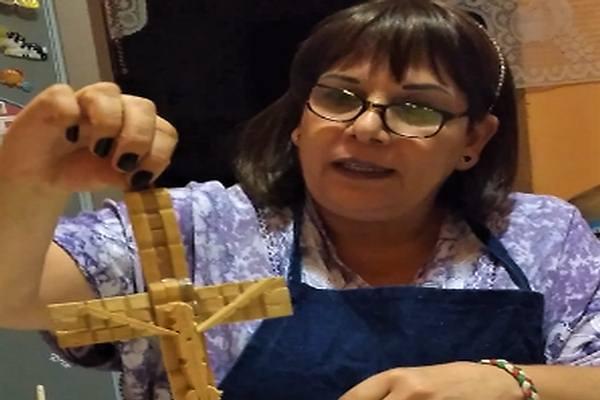 """Manualidad: Crucifijo con material reciclado, con la maestra María Dolores Mejía  (CIAC)                                                                                                                                                                                                                                                                """""""