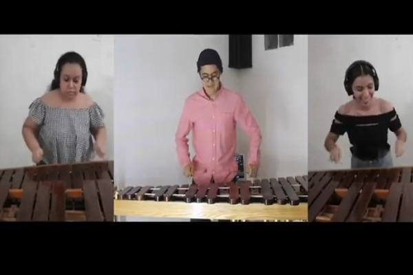 Percusionistas de La Chávez y marimbistas de Centla interpretan Dill Pickles de C. Johnson