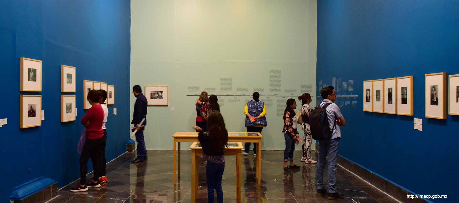 Personas observando dentro de la galería del Palacio Municipal