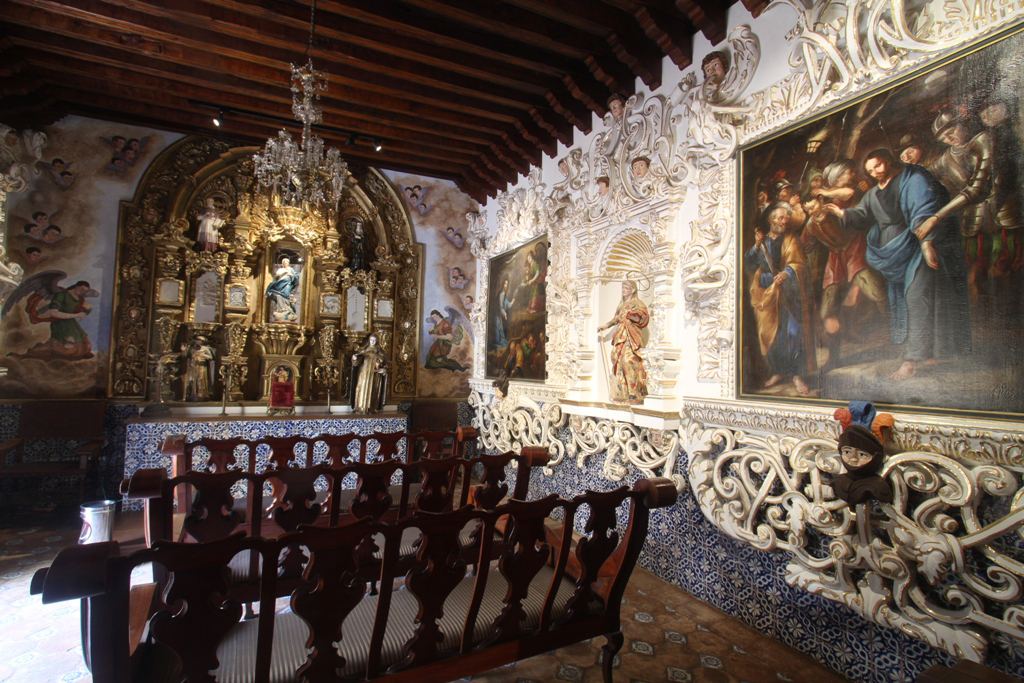 capilla dentro de la casa de alfeñique